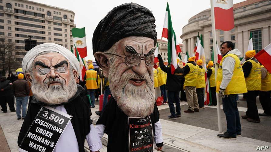 مجسمان لخامنئي وروحاني في أحد تظاهرات المعارضة الإيرانية
