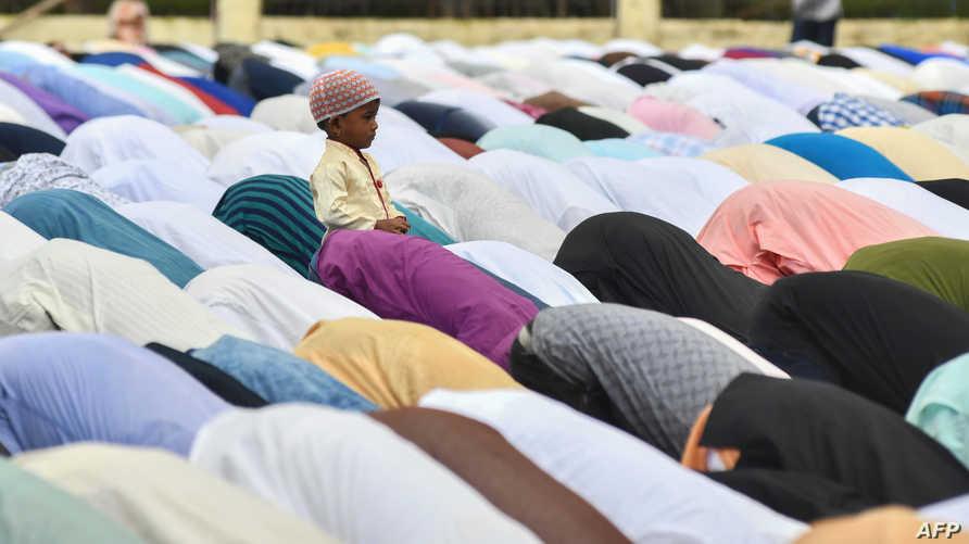 طفل يلهو بينما يصلي الكبار صلاة عيد الأضحى في أحد مساجد الهند