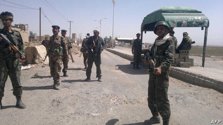 جنود يمنيون في نقطة تفتيش-أرشيف