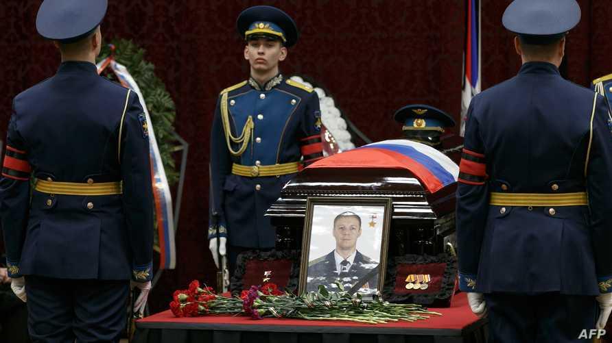 مراسم دفن الطيار الروسي الذي أسقطت طائرته في إدلب في 2 شباط/فبراير (أ ف ب)