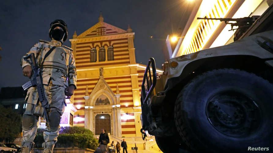عناصر من الجيش المصري تحرس إحدى الكنائس ليلة رأس السنة لعام 2017