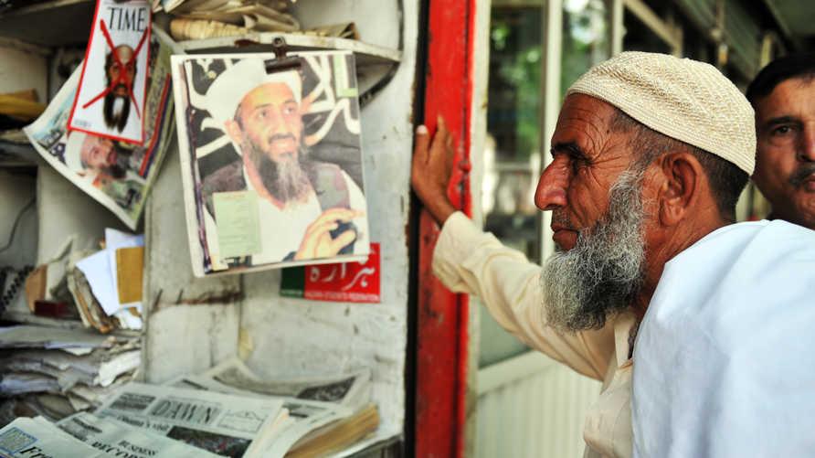 متابع للأخبار في أيوت آباد، باكستان