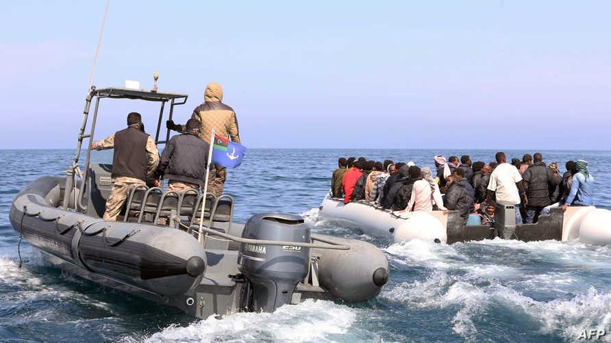 خفر السواحل الليبي يعترض قارب مهاجرين في المتوسط- أرشيف