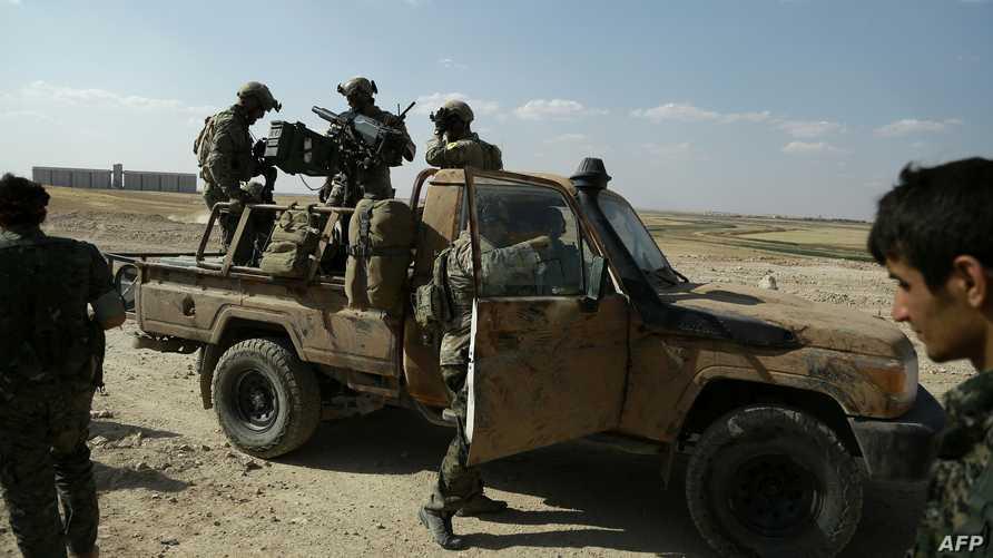 عناصر من قوات سورية الديموقراطية مع القوات الخاصة الأميركية في شمال محافظة الرقة.