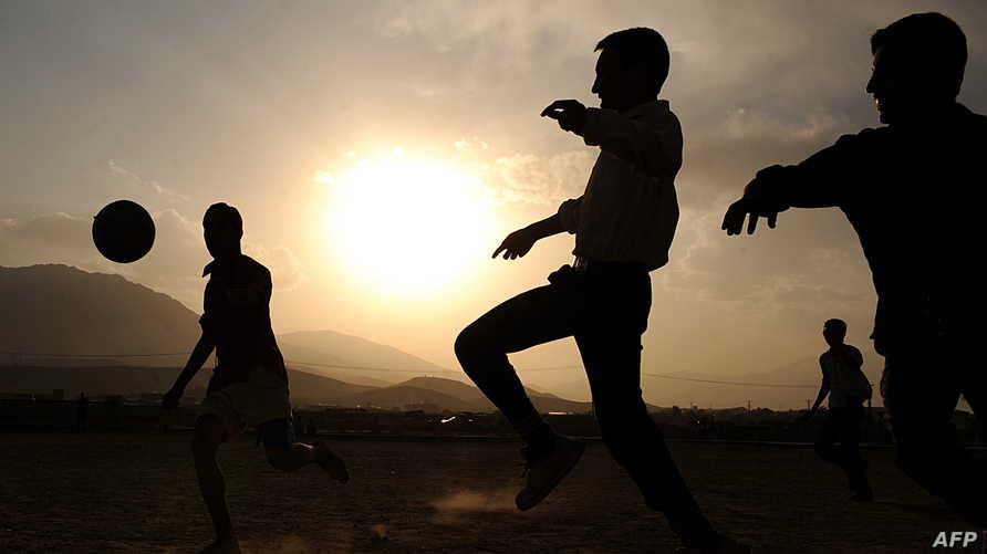 أطفال أفغان يلعبون كرة القدم