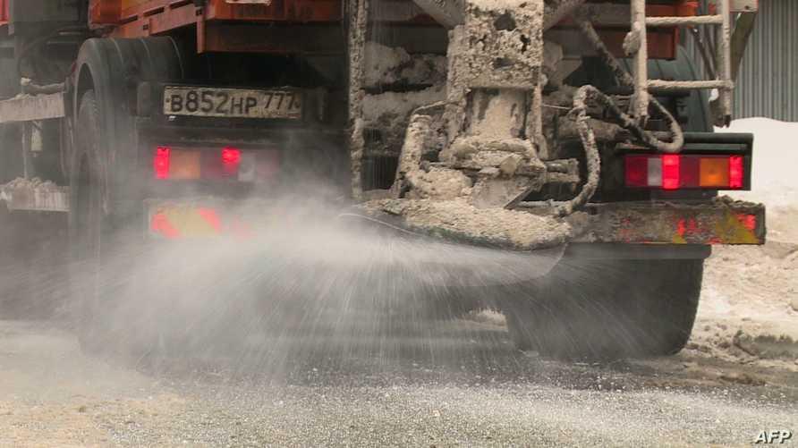 مركبة ترش الملح في أحد شوارع موسكو