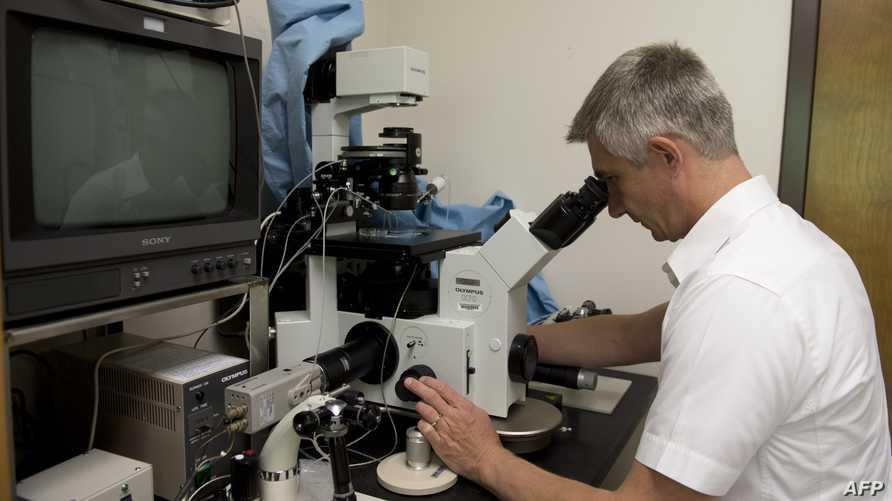عامل في مختبر للأبحاث-من الأرشيف