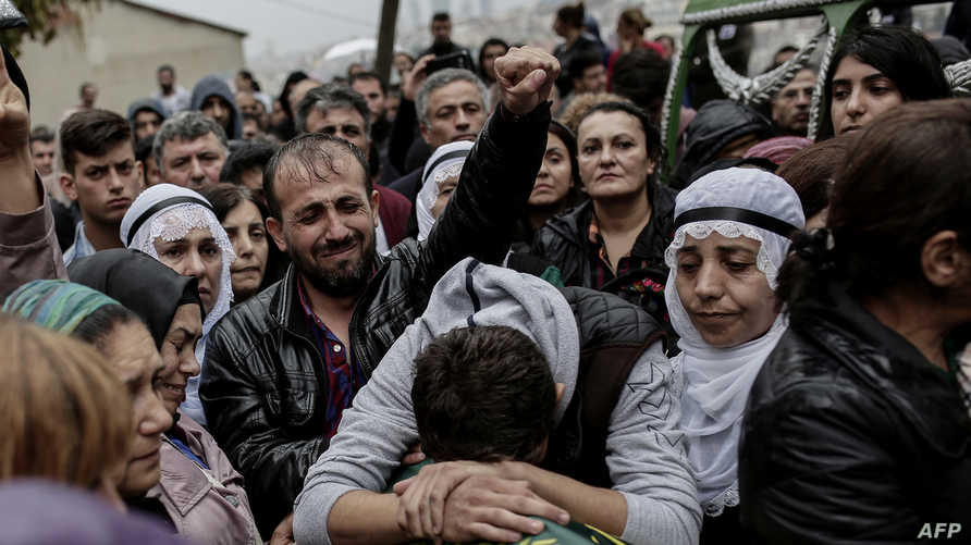 أتراك يشيعون أحد ضحايا هجومي أنقرة