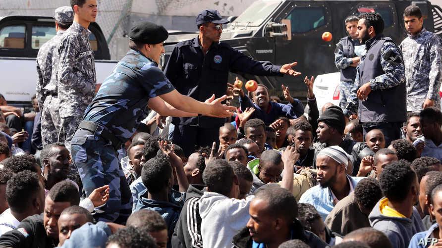 مهاجرون غير شرعيون بعد توقيفهم في تاجوراء شرقي طرابلس