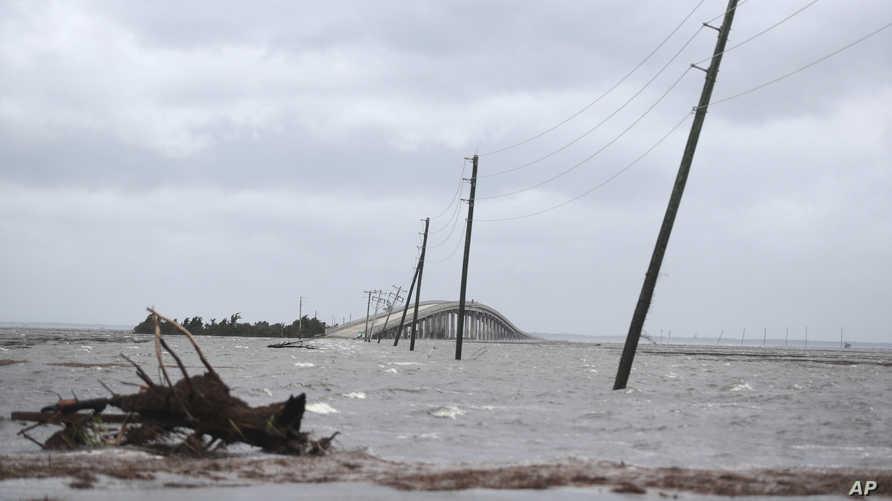 المياه المرتفعة قطعت جزيرة سيدر التابعة لنورث كارولاينا عن البر الأميركي