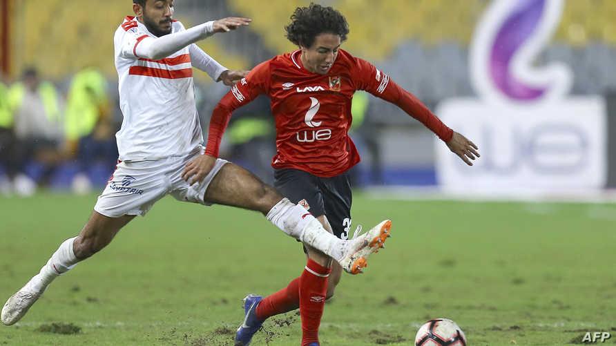 مدافع الأهلي محمد هاني يحاول الاستحواذ على الكرة من مهاجم الزمالك محمود كهربا