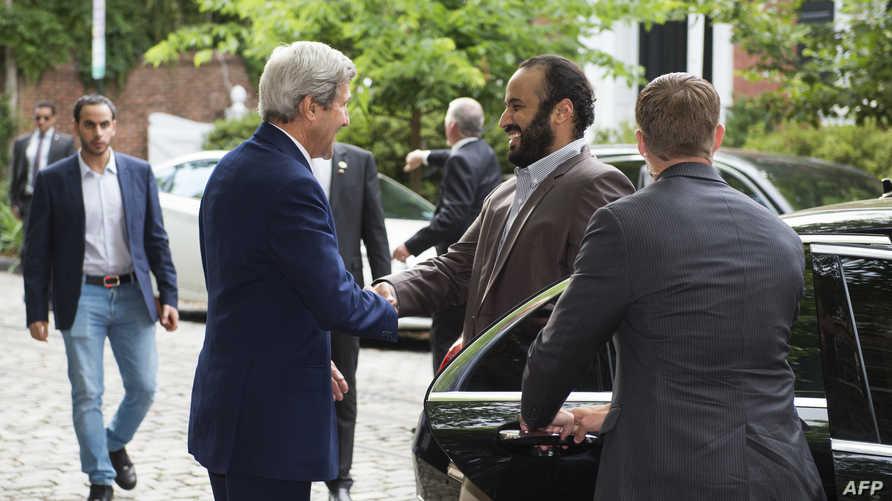 وزير الخارجية الأميركي جون كيري يستقبل الأمير محمد بن سلمان خارج منزله في واشنطن الاثنين