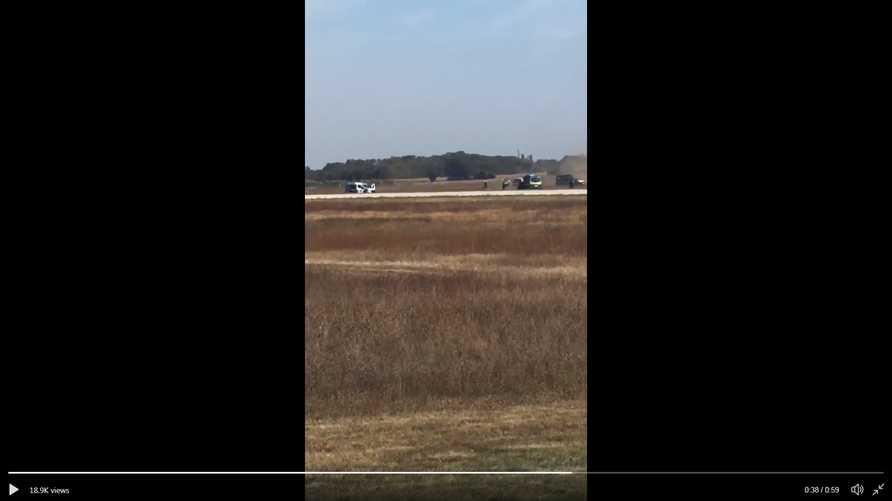 صورة من فيديو نشر على تويتر لحادثة دخول السيارة مدرج المطار