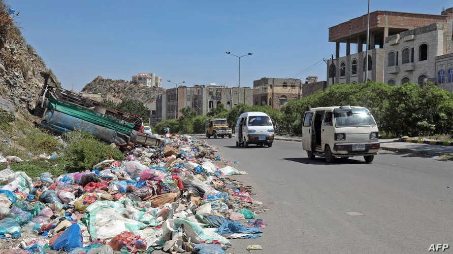 القمامة تتكدس على جنبات الطرق في مدينة تعز اليمنية