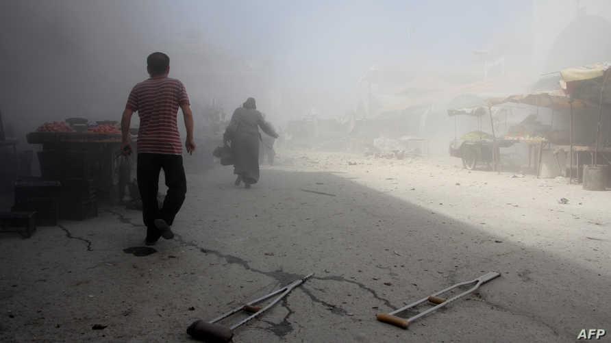 سوريون يفرون من المواقع المقصوفة في إدلب السبت