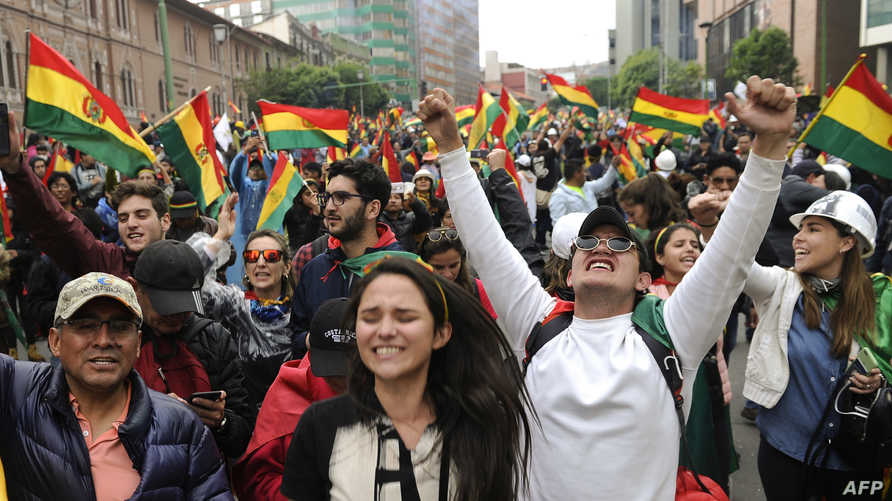 بوليفيون يحتفلون في الشوارع باستقالة ايفو موراليس