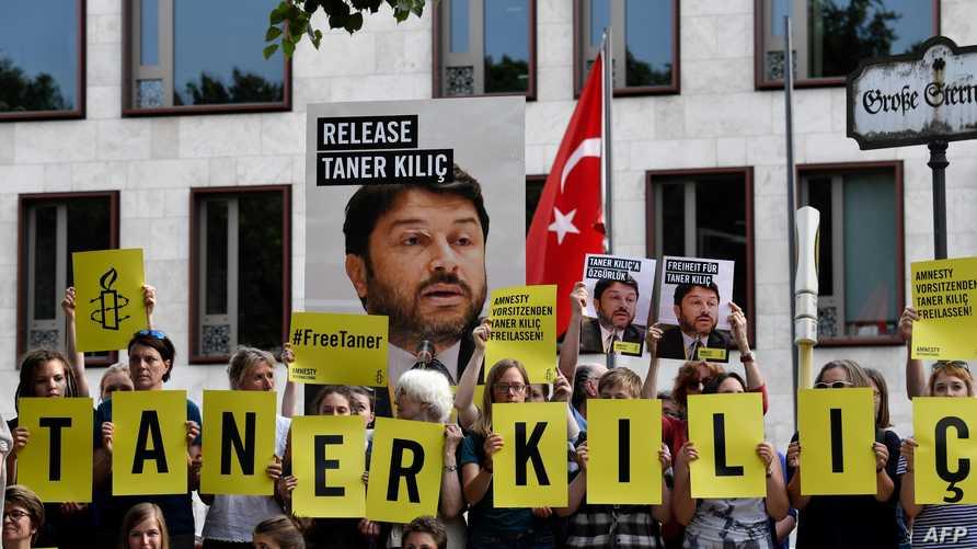 جانب من مظاهرة أمام السفارة التركية في برلين تطالب بالإفراج عن تانر كيليتش