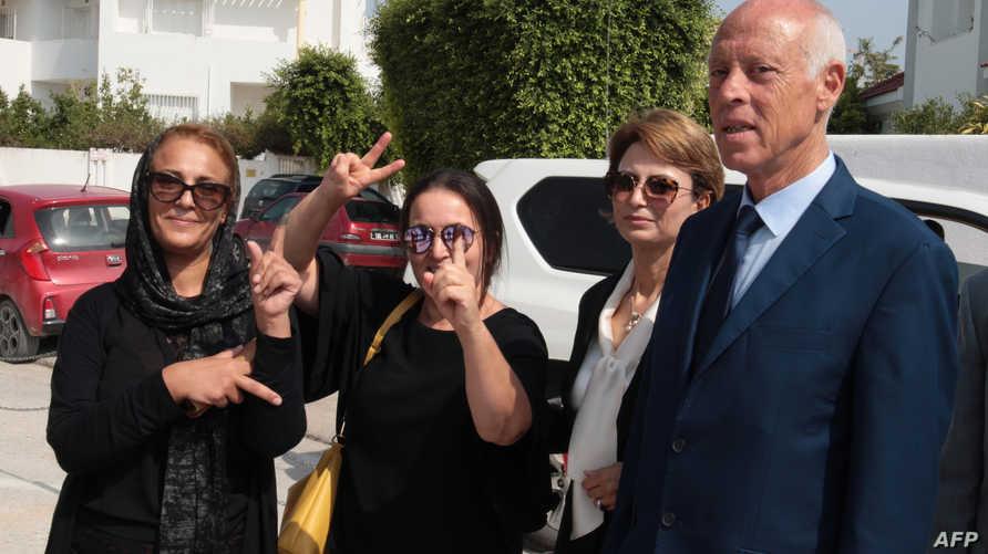 أستاذ القانون الدستوري قيس سعيد وبجانبه زوجته في إحدى الجولات الانتخابية