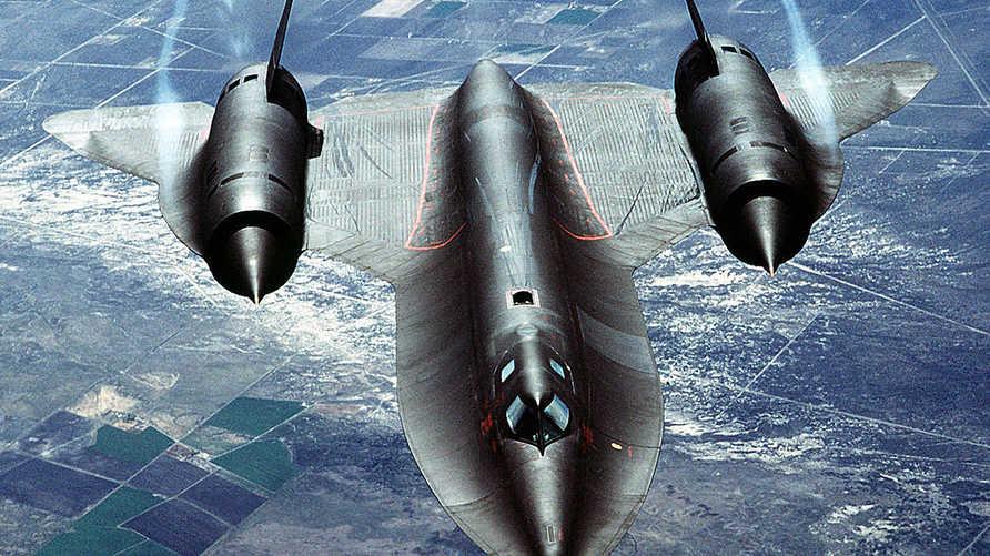 طائرة لوكهيد تتخطى حاجز الصوت من طرازSR-71 Blackbird