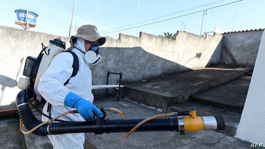 عامل صحة يعقم الهواء ضد البعوض في البرازيل
