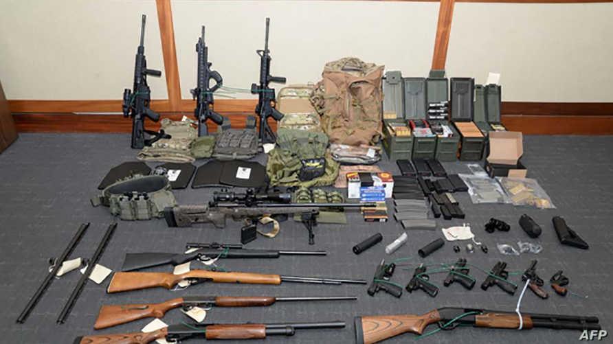 الأسلحة والذخائر التي عثر عليها بحوزة المتهم