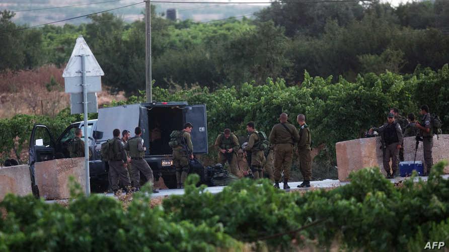 قوات إسرائيلية في منطقة حلحول قرب الضفة الغربية الاثنين