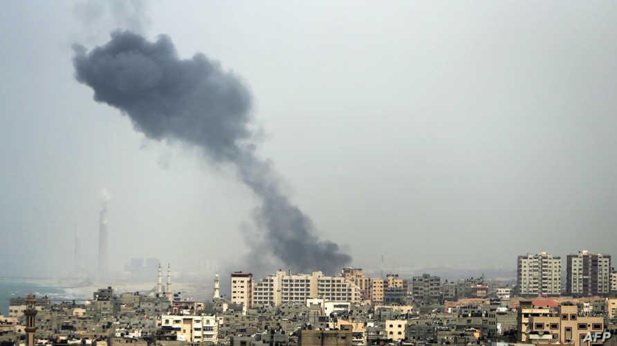 الدخان يتصاعد من إحدى مناطق غزة إثر غارة إسرائيلية سابقة