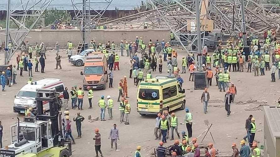 تسبب سقوط برج كهرباء في وفاة عدد من العمال وفقا لما ذكرته وسائل الإعلام المصرية