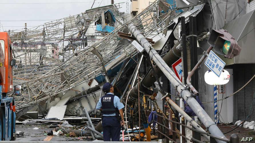 حرم الإعصار عشرات الآلاف من خدمات الكهرباء