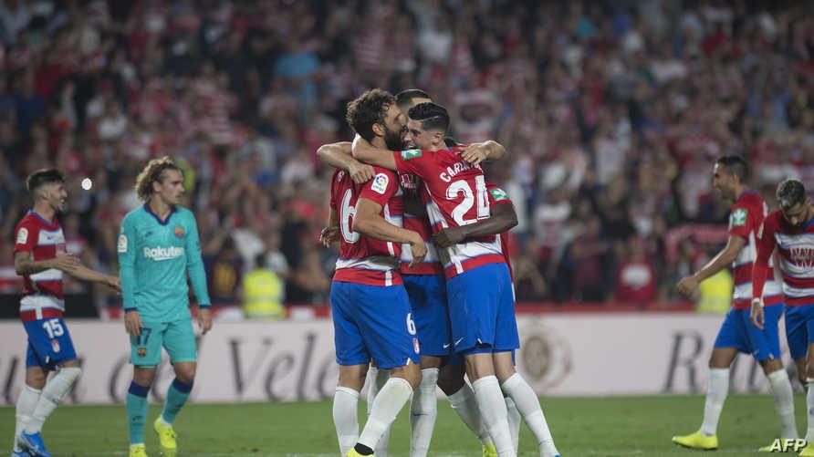 لاعبو غرناطة يحتفلون بالفوز على برشلونة