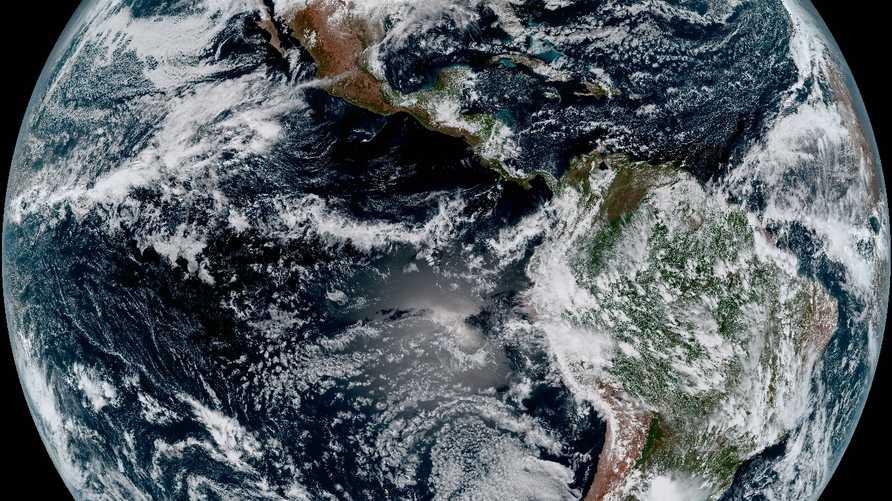 صورة لكوكب الأرض من الفضاء حيث تستطيع أقمار صناعية إعطاء صورة عن الحالة الجوية في المناطق المختلفة