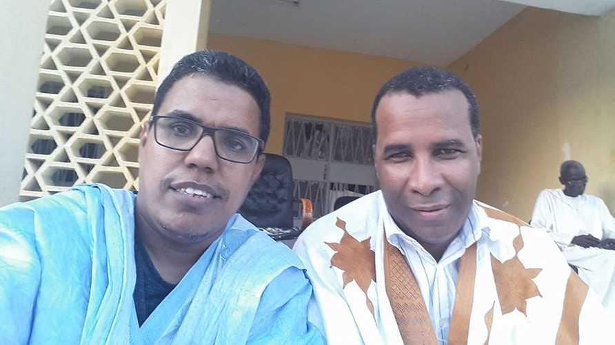 الصحافي موسى صمبا سي أحد الذين تعرضوا للاستجواب (يمين) والصحافي أحمد ولد الوديعة أحد الموقعين على البيان