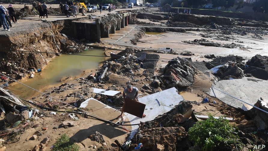جسر انهار جراء الفيضانات