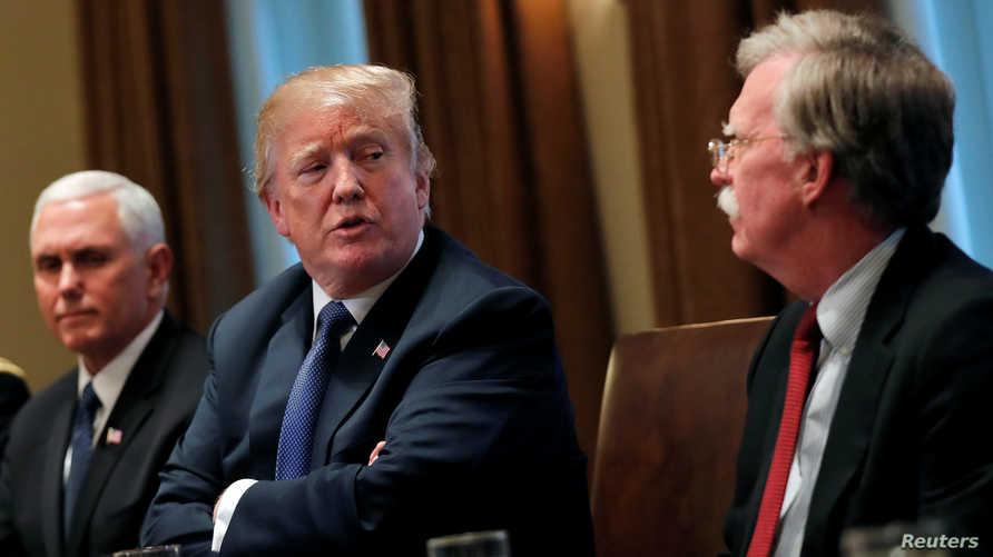 الرئيس دونالد ترامب بين مستشار الأمن القومي جون بولتون (يمين) ونائب الرئيس مايك بنس