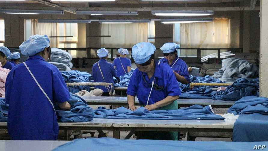 عمال بمصنع أقمشة في الصين