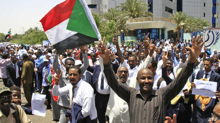 متظاهرون أمام البنك المركزي السوداني في الخرطوم