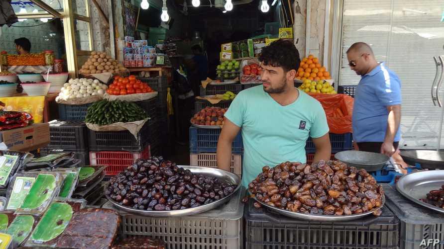 عراقي يبيع التمر