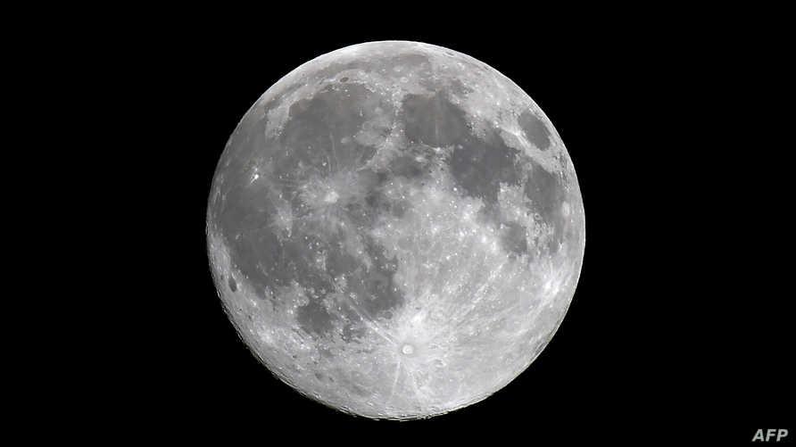 القمر مكتملا