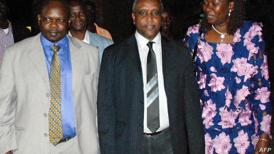نائب رئيس الحركة الشعبية لتحرير السودان- قطاع الشمال، ياسر عرمان في المنتصف