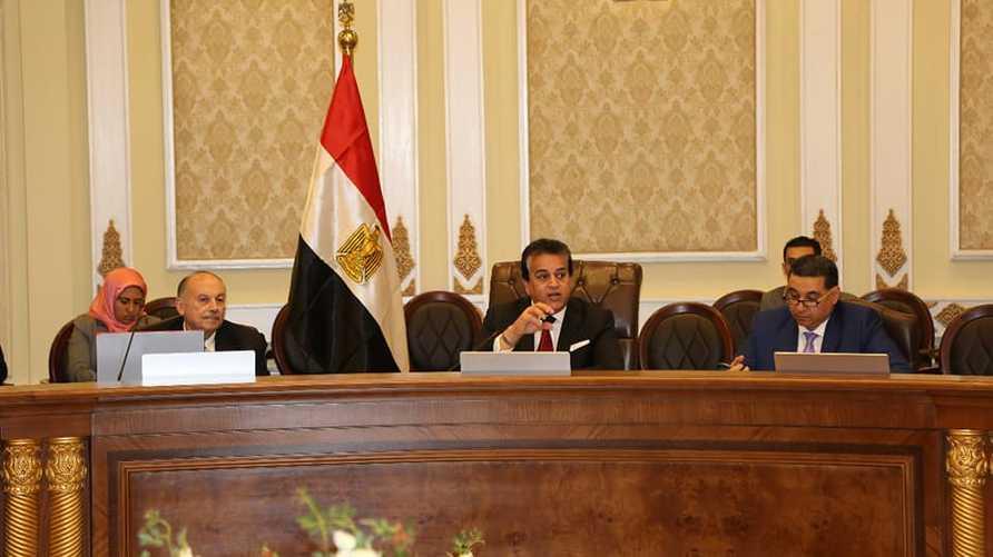 وزير التعليم العالي خالد عبدالغفار في منتصف الصورة