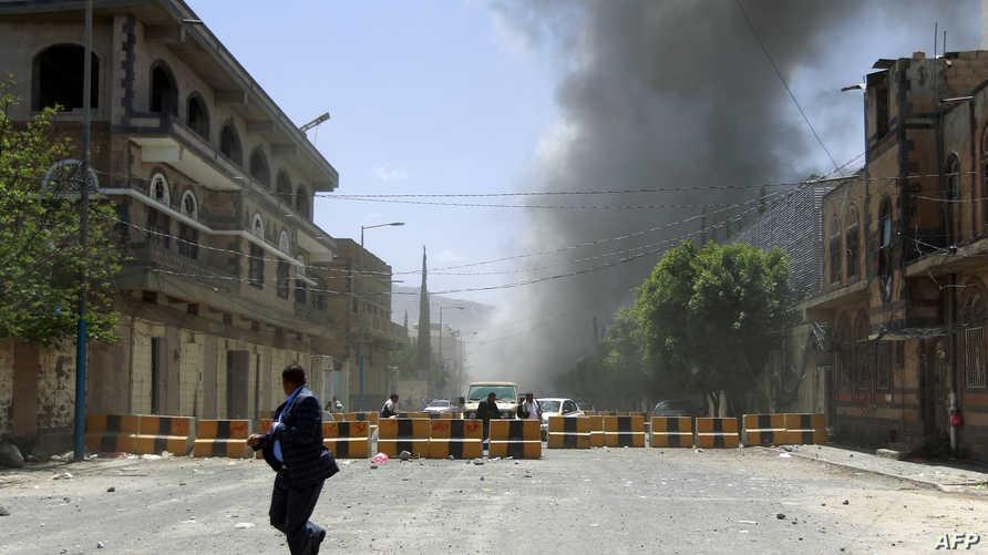 يمنيون يفرون إثر إحدى غارات التحالف في صنعاء الأحد 10 أيار/مايو