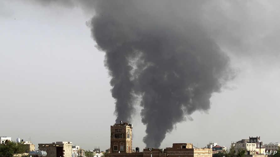 سحن دخان ناتجة عن غارة لطيران التحالف الذي تقوده السعودية