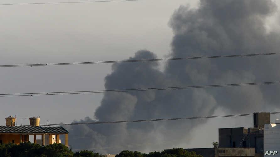 الدخان في سماء طرابلس بعد اشتباكات بالقرب من المطار