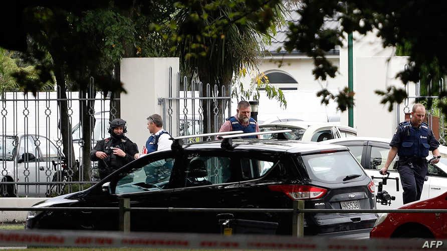 عناصر في الشرطة النيوزيلندية أمام مسجد النور الذي استهدفه الهجوم خلال صلاة الجمعة