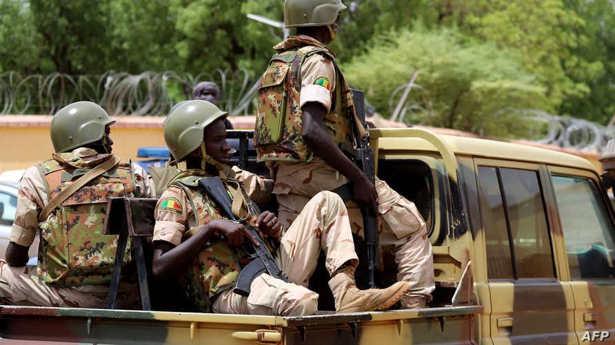 جنود من الجيش المالي في دورية