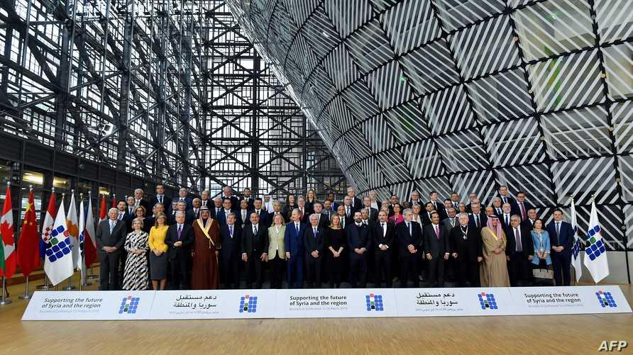 """صورة جماعية لممثلي الدول المشاركة في مؤتمر """"دعم سوريا والمنطقة"""" في بروكسل"""