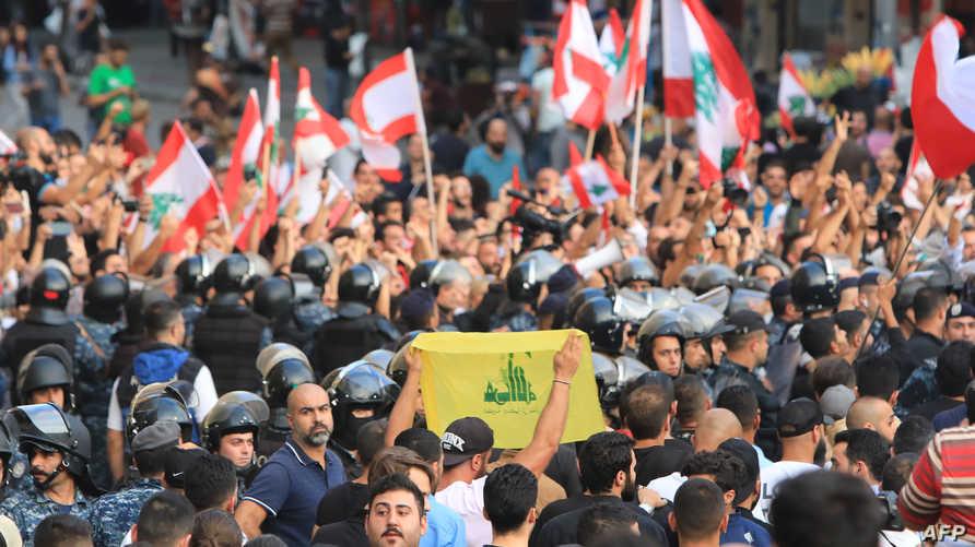 قوات أمن لبنانية تفصل بين محتجين ومؤيدين لحزب الله في ساحة رياض الصلح وسط بيروت