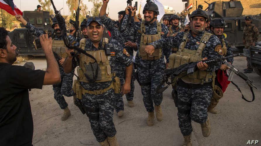 جنود من الجيش العراقي يحتفلون بتحرير الموصل