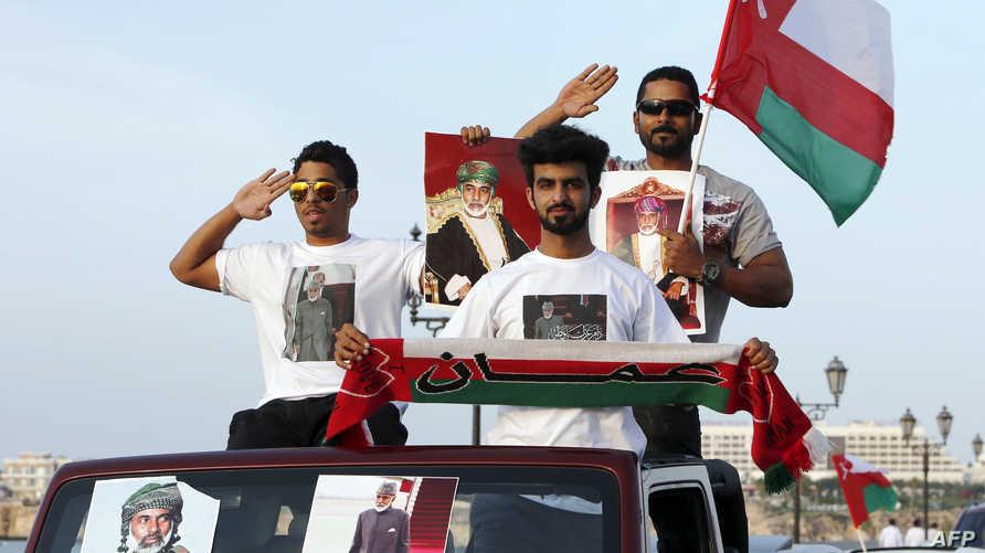 عمانيون في مسقط يحتفلون بعودة السلطان قابوس بن سعيد بعد رحلة علاجية في ألمانيا في آذار/مارس 2015