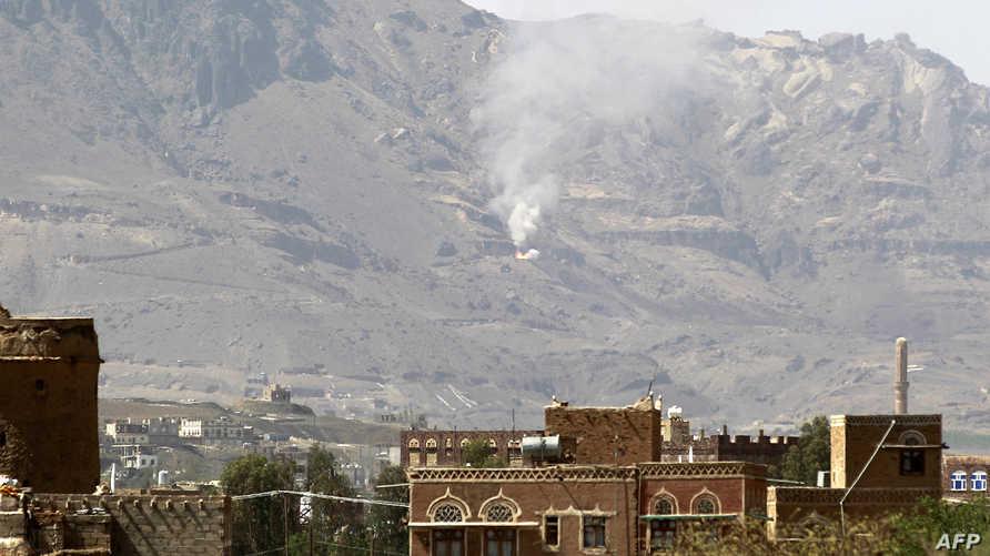 سحب دخان متصاعدة من منطقة شرق صنعاء جراء غارة جوية